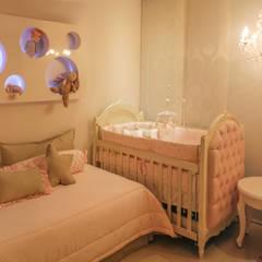 Habitación de Maria Lucia: Habitaciones infantiles de estilo  por Monica Saravia