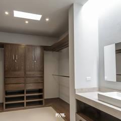 Solares 132: Vestidores y closets de estilo moderno por 2M Arquitectura