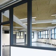 Cloison vitrée: Bureaux de style  par Pierre Georges Architecte