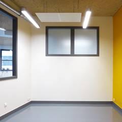 espace personnel: Bureaux de style  par Pierre Georges Architecte