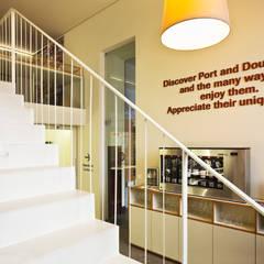 Um pormenor da Escada em Aço: Locais de eventos  por Atelier 405 \ 405 architects