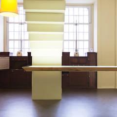 Mesa Suspensa e Escada em Aço: Locais de eventos  por Atelier 405 \ 405 architects