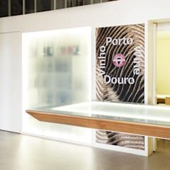 Detalhe da Mesa Suspensa com Vitrina de Iluminação ao fundo: Locais de eventos  por Atelier 405 \ 405 architects
