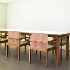 Conjunto de Mesa de Provas e Cadeiras: Locais de eventos  por Atelier 405 \ 405 architects