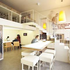 Vista geral do espaço com utilizadores: Locais de eventos  por Atelier 405 \ 405 architects