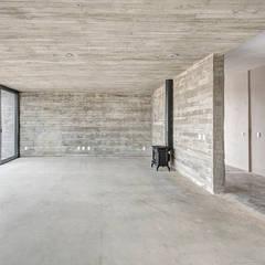 Casas Cuatas en el Fraccionamiento Los Robles Bosque de la Primavera Jalisco: Salas de estilo minimalista por La Desarrolladora