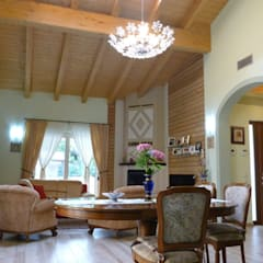 Villa classica in legno: Soggiorno in stile  di Marlegno