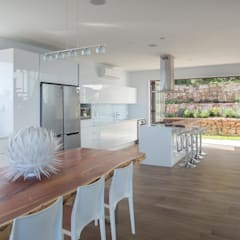 HOUSE  I  ATLANTIC SEABOARD, CAPE TOWN:  Kitchen by MARVIN FARR ARCHITECTS,