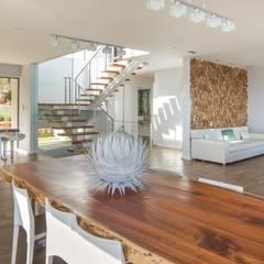 HOUSE  I  ATLANTIC SEABOARD, CAPE TOWN  I  MARVIN FARR ARCHITECTS:  Corridor & hallway by MARVIN FARR ARCHITECTS