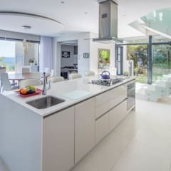 HOUSE  I  CAMPS BAY, CAPE TOWN  I  MARVIN FARR ARCHITECTS:  Kitchen by MARVIN FARR ARCHITECTS