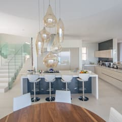 HOUSE  I  CAMPS BAY, CAPE TOWN:  Kitchen by MARVIN FARR ARCHITECTS, Modern