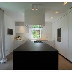 Cocinas de estilo moderno de ALDENA Moderno