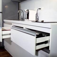 Cocina Minimalista Moderna: Cocinas de estilo  por Grupo Creativo DF, C.A.