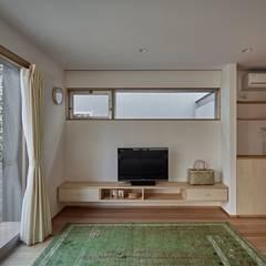 校舎がみえる小さな家: toki Architect design officeが手掛けたリビングです。,ミニマル