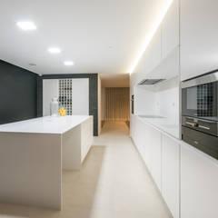 Habitação PM: Cozinhas  por ARTEQUITECTOS