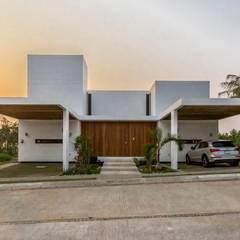 Fachada principal: Casas de estilo minimalista de Yucatan Green Design