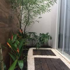 Garden by Eneida Lima Paisagismo, Tropical