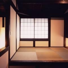 Dormitorios de estilo  por 髙岡建築研究室