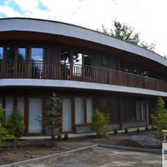 Hotel Boutique Cocurantu Pucón: Estudios y oficinas de estilo rural por Bravo Schilling Arquitectura y Eficiencia Energética