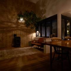 Ruang Keluarga oleh Mimasis Design/ミメイシス デザイン