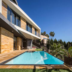 E House: Piscinas de estilo  de 08023 Architects