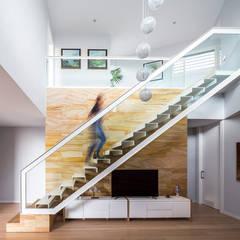 E House: Pasillos y vestíbulos de estilo  de 08023 Architects