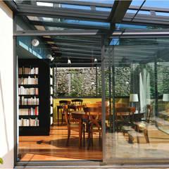 Maison au piano noir: Terrasse de style  par Agence d'architecture intérieure Laurence Faure,