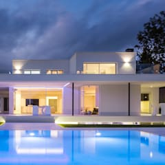Herrero House - Night view: Piscinas de estilo  de 08023 Architects