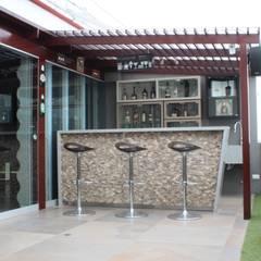 Bar-Terraza: Terrazas de estilo  por Soluciones Técnicas y de Arquitectura