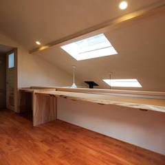 読書スペース: あーきす建築設計室が手掛けた書斎です。
