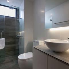 FERNWOOD TOWERS:  Bathroom by Eightytwo Pte Ltd,Scandinavian