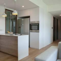 WATERBAY:  Kitchen by Eightytwo Pte Ltd