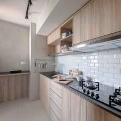 SKYTERRACE @ DAWSON:  Kitchen by Eightytwo Pte Ltd
