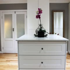 House F:  Dressing room by Margaret Berichon Design, Classic MDF