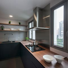 THE BELVEDERE:  Kitchen by Eightytwo Pte Ltd,