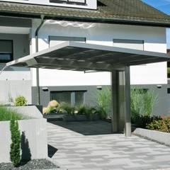Designcarport aus Aluminium in Vorgarten integriert :  Garage & Schuppen von Deutsche Carportfabrik GmbH & Co. KG