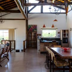 Estrutura de eucalitpo tratado: toras e muito charme!: Salas de jantar  por SCALI & MENDES ARQUITETURA SUSTENTAVEL
