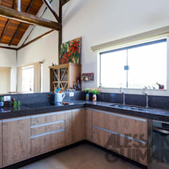 Kitchen by SCALI & MENDES ARQUITETURA SUSTENTAVEL