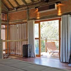 Chalé Trivelato, Atibaia-SP Portas e janelas rústicas por SCALI & MENDES ARQUITETURA SUSTENTAVEL Rústico