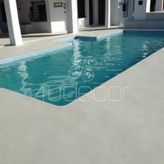 2 - Piscina e pavimento exterior em Microcimento cinza: Piscinas  por 4Udecor Microcimento