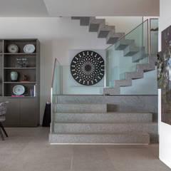 Apartamento Delta: Corredores e halls de entrada  por Gisele Taranto Arquitetura