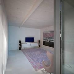 Woonhuis JWVRA: minimalistische Mediakamer door artisan architects