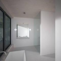 Woonhuis JWVRA: minimalistische Badkamer door artisan architects