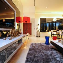 Retro Chic | CONDOMINIUM:  Living room by Design Spirits