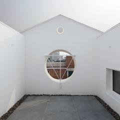 망원동 쌓은집: 에이오에이 아키텍츠 건축사사무소 (aoa architects)의  베란다
