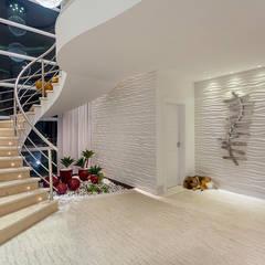 Casa Moinho dos Ventos: Corredores e halls de entrada  por Arquiteto Aquiles Nícolas Kílaris