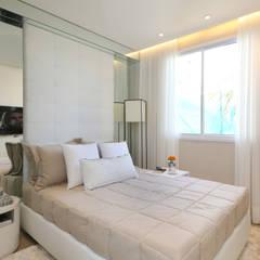 Dormitorios de estilo  por Chris Silveira & Arquitetos Associados