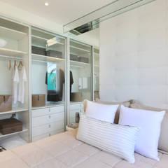 minimalistische Kleedkamer door Chris Silveira & Arquitetos Associados
