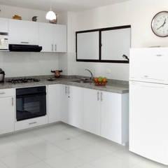 Cocinas Básicas: Cocinas de estilo  por Remodelar Proyectos Integrales