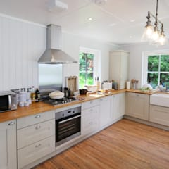 Two Bedroom Bespoke Wee House :  Kitchen by The Wee House Company,